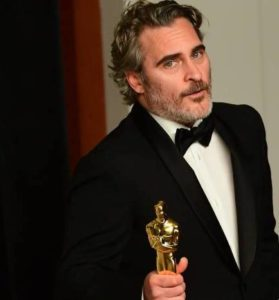 us-actor-joaquin-phoenix-poses-in-press-room-with-the-oscar-for-best-actor-for-joker-during-the-92nd-1581351655-2277-279x300